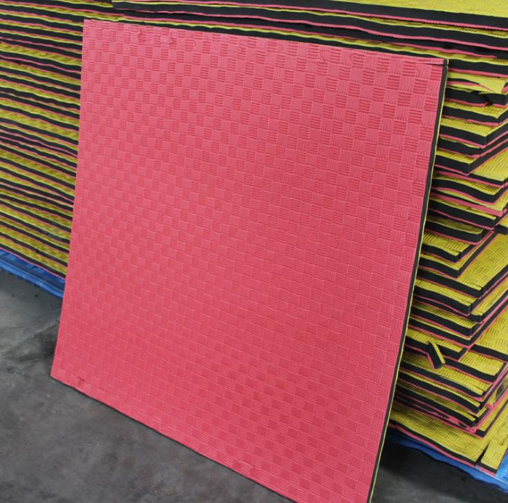 piso de goma eva rosado y negro